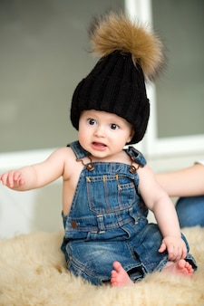 Menino infantil com chapéu e jeans com emoções fofas