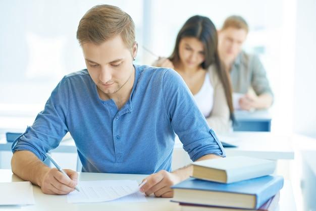 Menino inteligente com um exame