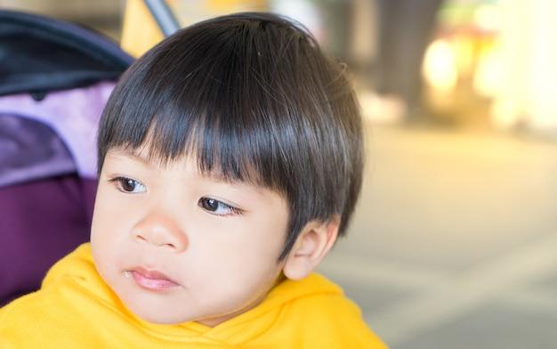 Menino japonês com o olho cheio de lágrimas chorando