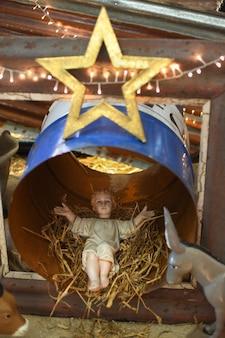 Menino jesus deitado em um berço de palha