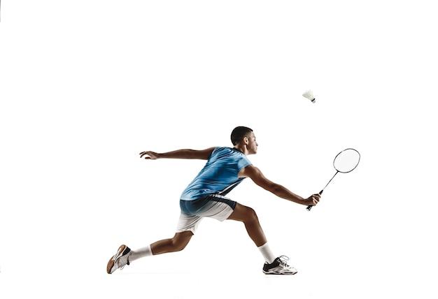 Menino jogando badminton isolado no fundo branco.