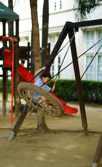 Menino, jogos, balanço, em, escola, pátio recreio