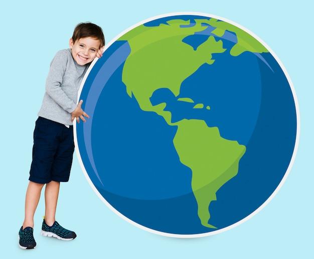 Menino jovem, abraçando, planeta, terra