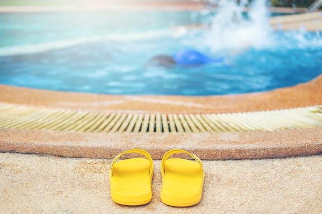 Menino jovem, afogar-se, em, a, piscina