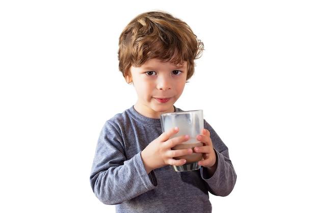 Menino jovem, bebendo, leite chocolate