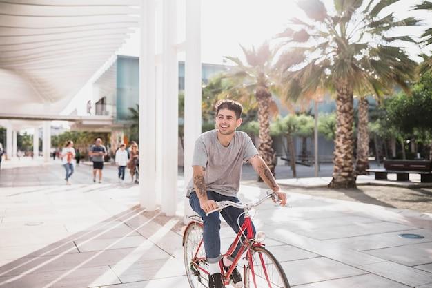 Menino jovem, bicicleta equitação, em, parque cidade