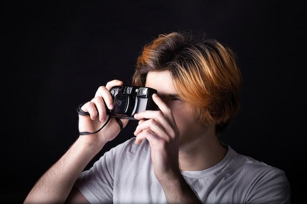 Menino jovem, com, antigas, foto, câmera