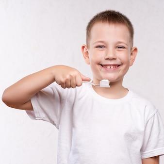 Menino jovem, escovar, seu, dentes