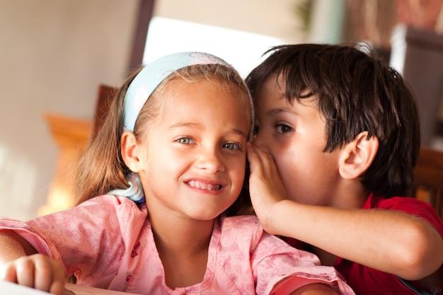 Menino jovem, falando, com, seu, irmã