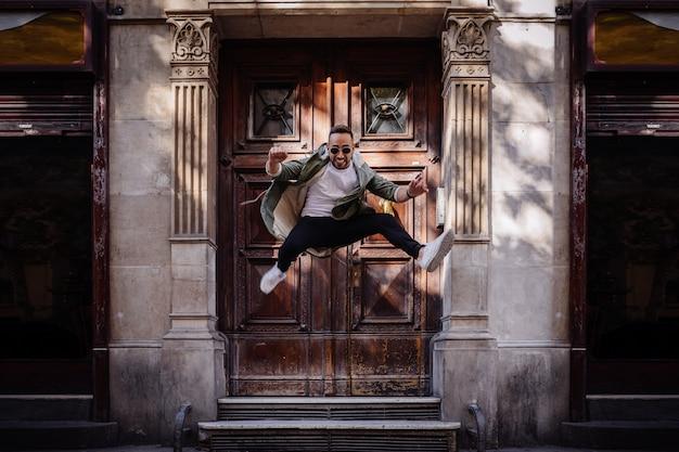 Menino jovem, pular, rua