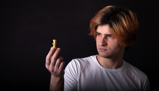 Menino jovem, segurando, figura xadrez