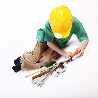 Menino jovem, tocando, com, ferramentas, para, trabalho