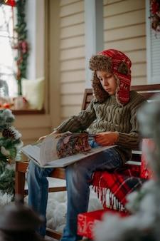 Menino lê um livro no natal