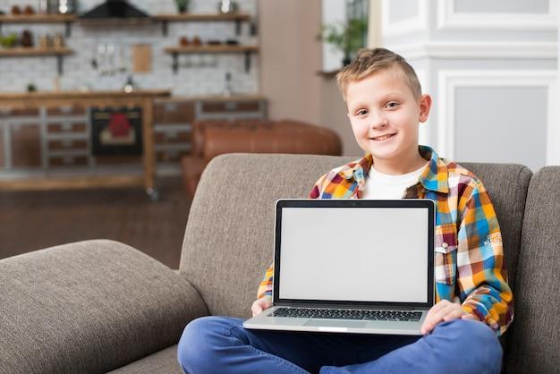 Menino, ligado, sofá, mostrando, laptop, tela