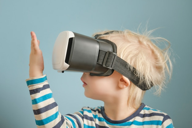 Menino loiro com óculos de realidade virtual