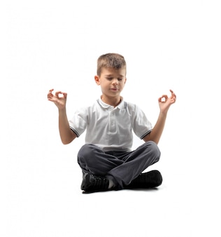 Menino meditando