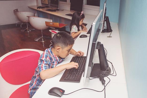 Menino menina, tocando, com, um, computador