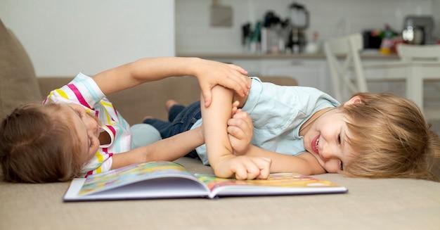 Menino menina, tocando, enquanto, leitura