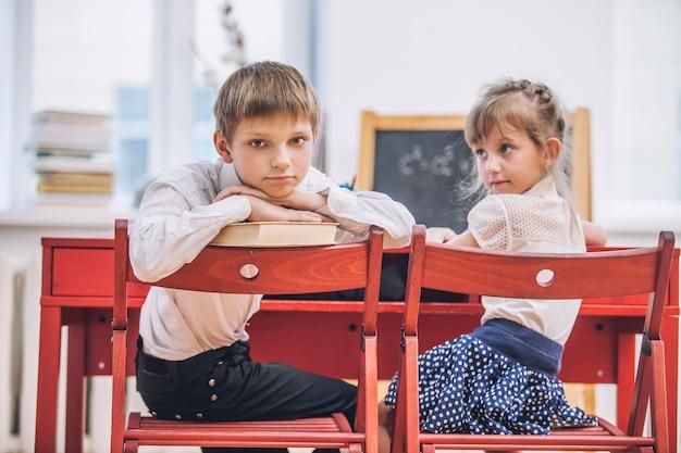 Menino, meninas na escola tem um feliz, curioso, inteligente. educação, dia do conhecimento, ciência, geração, pré-escola.
