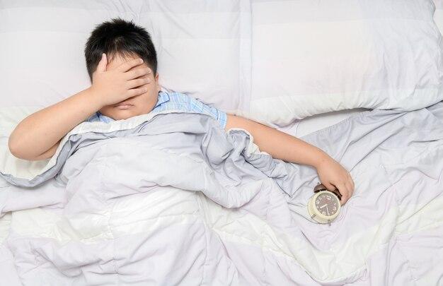 Menino, mentindo cama, casa, sofrimento, de, dor de cabeça