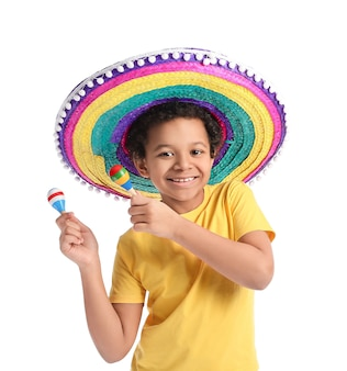 Menino mexicano engraçado com chapéu sombrero e maracas na superfície branca