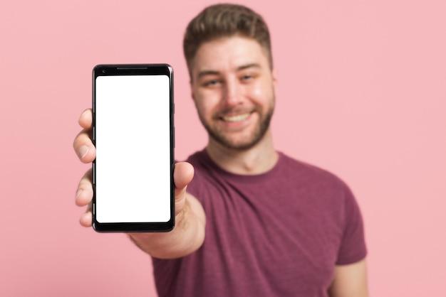 Menino, mostrando, telefone móvel