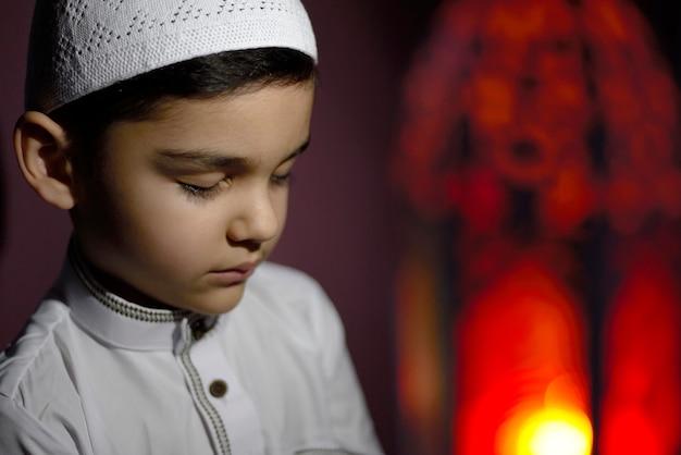 Menino muçulmano a rezar
