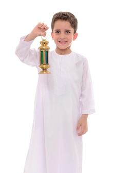 Menino muçulmano celebrando o ramadã