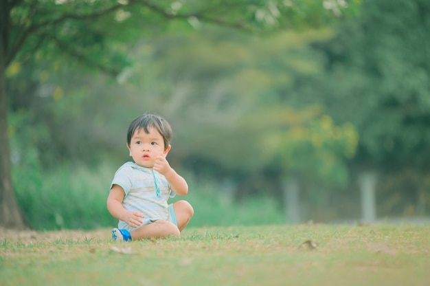 Menino na grama verde em um dia de verão