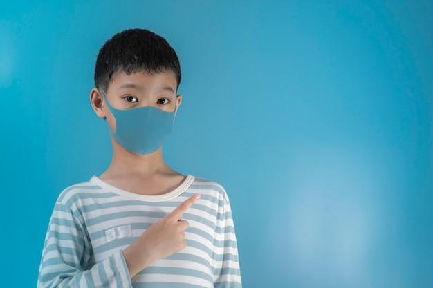 Menino na máscara de proteção de rosto médica.