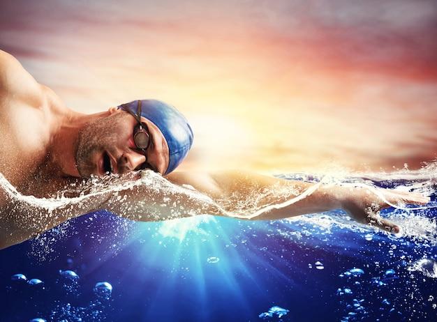 Menino nadando em águas profundas
