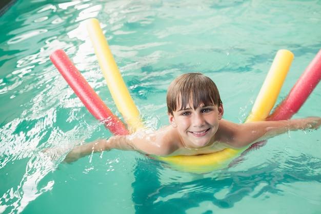 Menino nadando na piscina