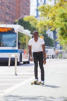 Menino negro, patinação, com, longboard, estrada