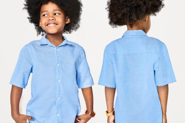 Menino negro vestindo camisa azul no estúdio