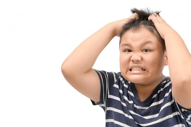 Menino obeso coceira sua cabeça estresse rosto dor de cabeça
