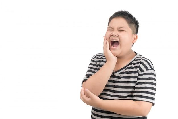 Menino obeso infeliz que sofre de dor de dente isolado