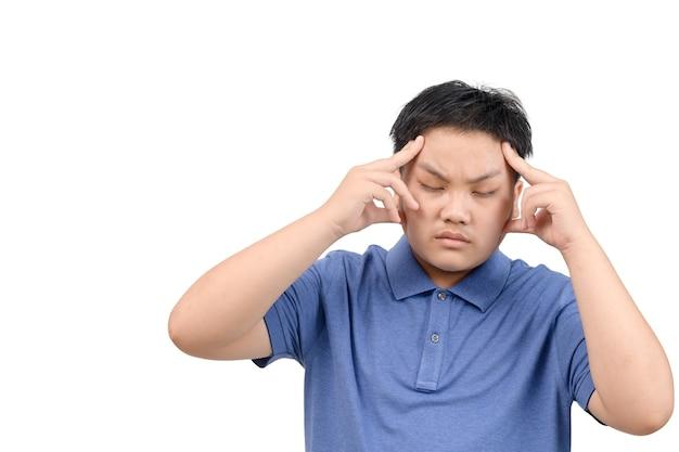 Menino obeso sente tensão ou dor de cabeça isolada no fundo branco, conceito de saúde