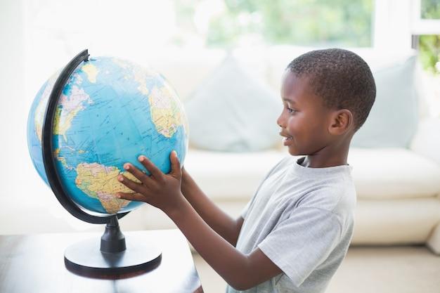 Menino olhando para o globo