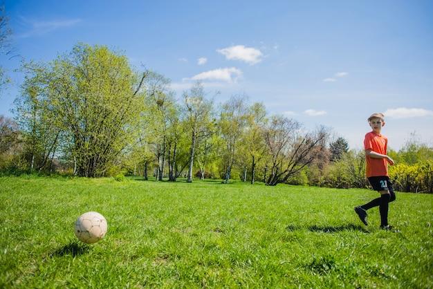 Menino, olhar, futebol, bola