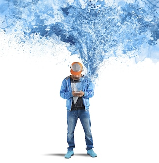 Menino ouvindo música na parede riscada azul em rayada
