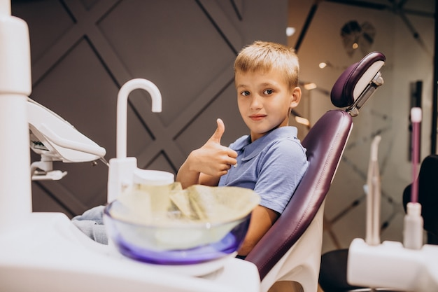 Menino paciente no dentista