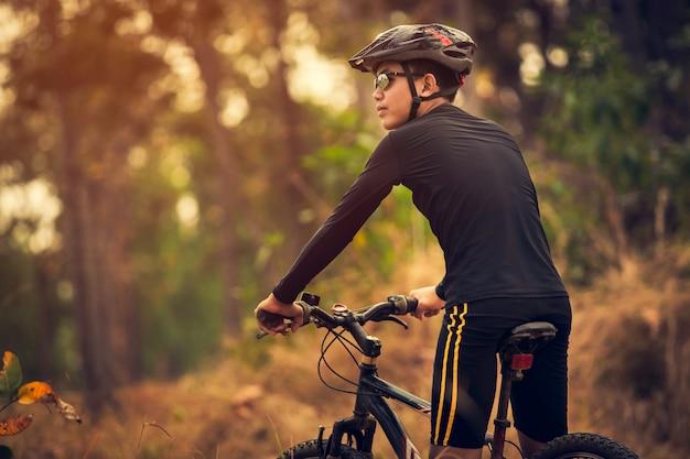 Menino, passeios bicicleta, em, a, amanhecer, luz, apreciar, a, vista, ligado, prado