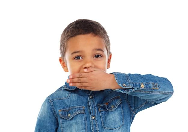 Menino pequeno, cobertura, seu, boca