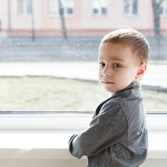 Menino pequeno, ficar, perto, janela