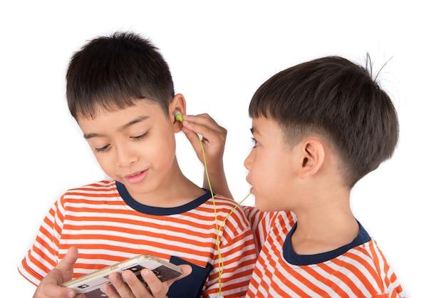 Menino pequeno irmão jogando jogo no celular juntos