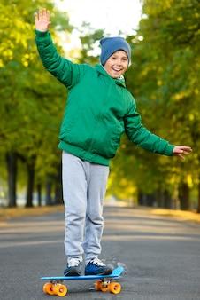 Menino posando em skates ao ar livre