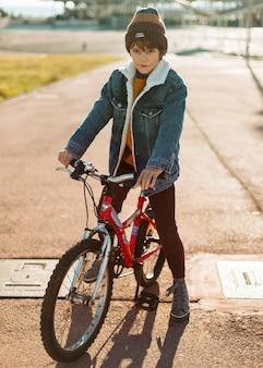Menino posando enquanto andava de bicicleta