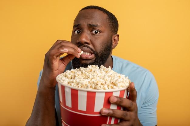 Menino preocupado assiste a um filme de terror. conceito de entretenimento e streaming de tv. fundo