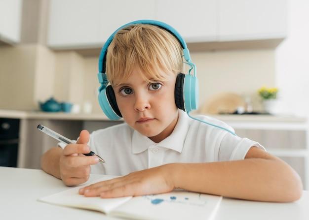 Menino prestando atenção nas aulas online