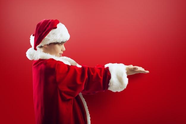 Menino pronto para receber um presente no feriado de natal